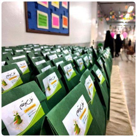 توزیع تغذیه دانش آموزان نون و قلم در یک مدرسه